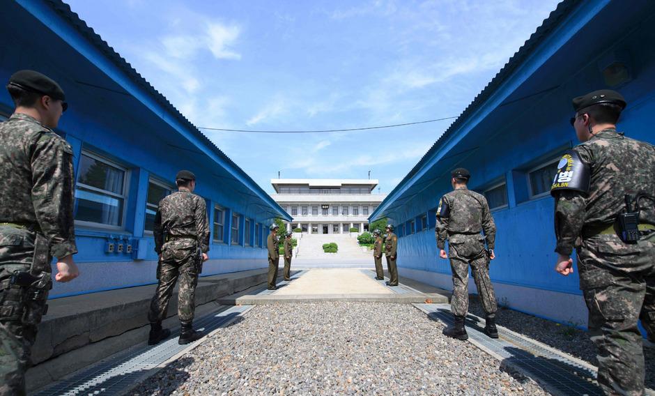 Südkoreanische Soldaten beim Grenzübergang zwischen Nordkorea und Südkorea.