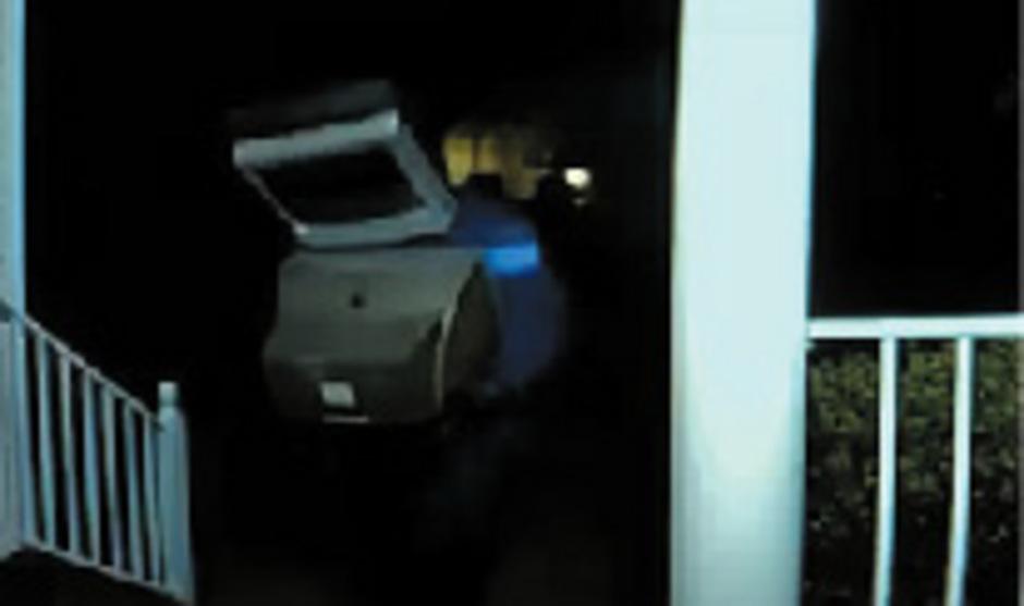 Der oder die Maskierten legten alte Röhrenfernseher vor die Türen von rund 60 Hausbesitzern.