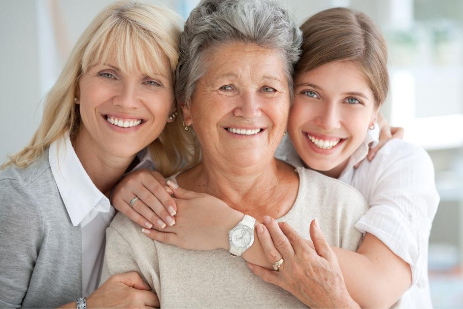 Hier lachen die strahlend weißen Zähne auch noch im Alter.