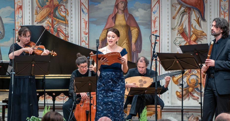 Robin Johannsen singt Bach im Spanischen Saal von Schloss Ambras. Rechts Flötensolist Leonard Schelb.