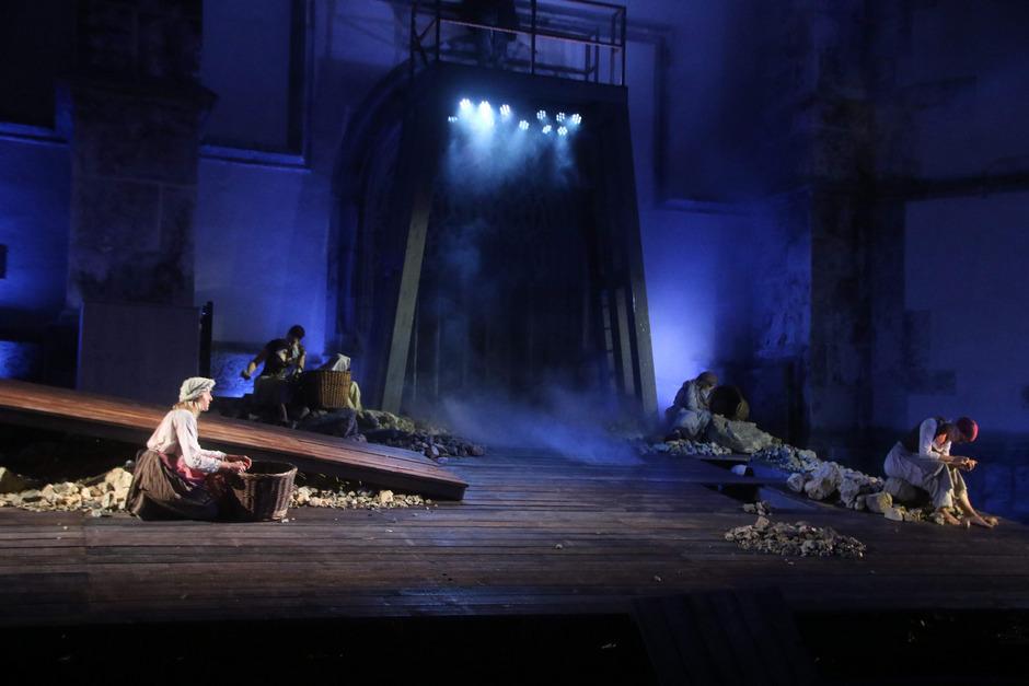"""Bildgewaltige Tableaus auf beeindruckender Bühne: """"Silberberg"""" vor der Pfarrkirche Schwaz."""