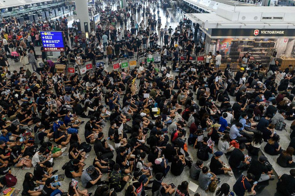 Am Dienstag hielten Demonstranten am Flughafen einen Mann über Sunden fest. Die Polizei schritt ein.