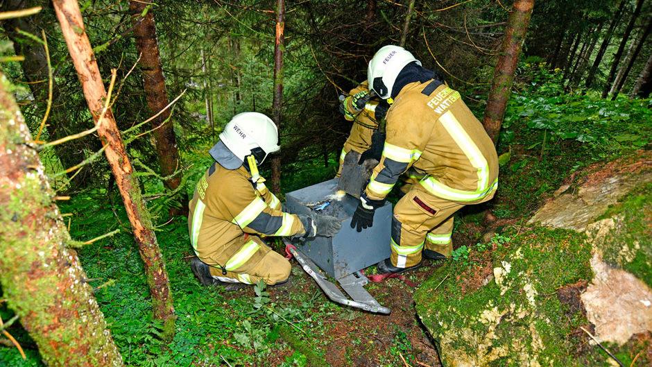 Der aufgebrochene Tresor wurde in einem steilen Waldstück in der Gemeinde Wattenberg gefunden.