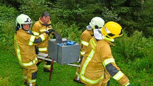 Mehrere Feuerwehrleute mussten den Tresor mühsam bergen.