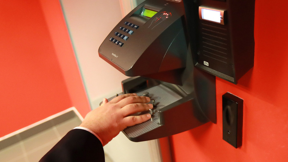 Das System arbeitet mit Fingerabdrücken oder Gesichtsscans auf einer webbasierten Plattform für intelligente Türschlösser. (Symbolfoto)