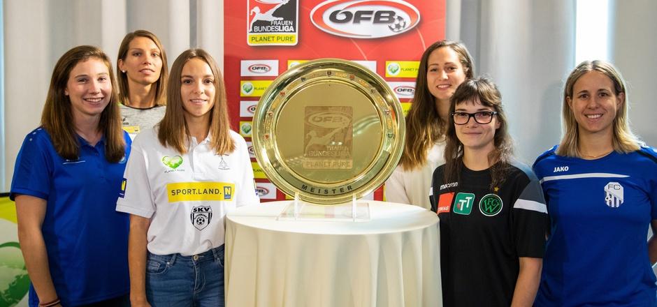 Wacker-Spielerin Christine Wiedmayr (2.v.r.) und Co. blickten in Wien auf die neue Bundesliga-Saison voraus.