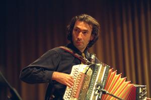 1997: Hubert von Goisern singt über die Unterdrückung Tibets.