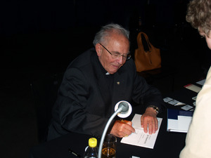 2006: Altbischof Stecher stattet dem Filmfest einen Besuch ab.