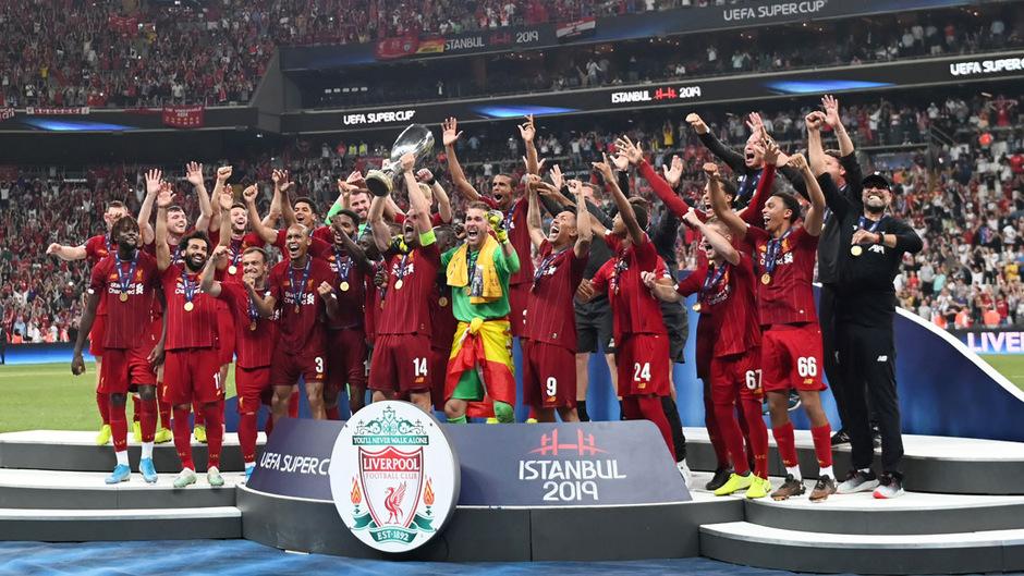 Champions-League-Sieger Liverpool hat sich den ersten Titel der Saison geschnappt.