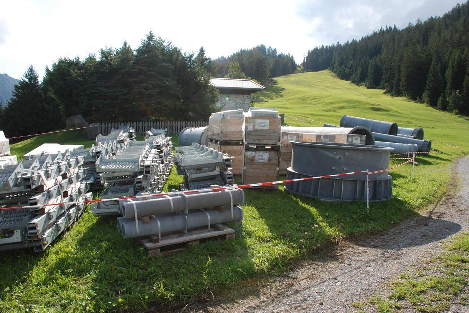 Die tonnenschweren Bauteile warten im Bereich der Talstation darauf, verbaut zu werden.