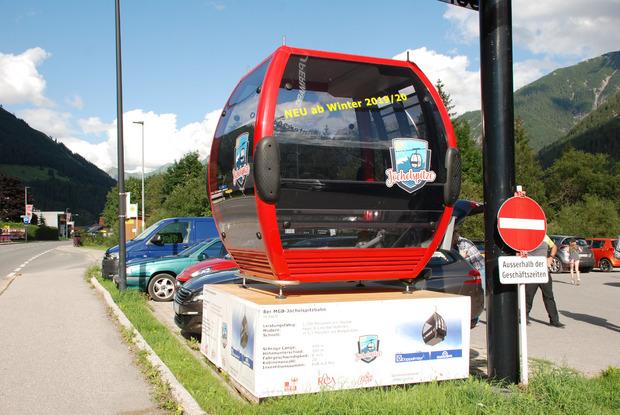 Im Ortszentrum von Elbigenalp wird unterdessen mit einer Kabine für die neue Jöchelspitzbahn geworben.