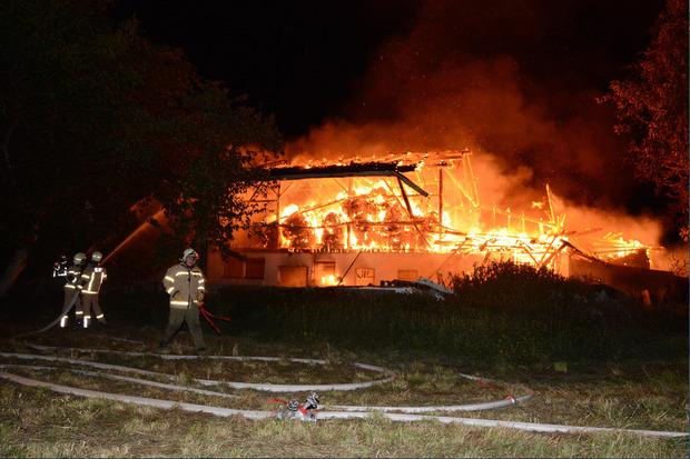 DIe Feuerwehr beim EInsatz eines Bauernhausbrandes in Kufstein.