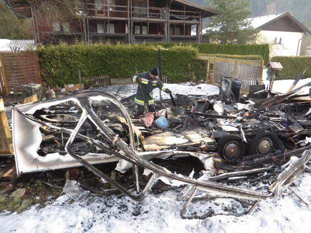 Roland Egger auf Spurensuche in den Überresten eines abgebrannten Wohnmobils in Thiersee.