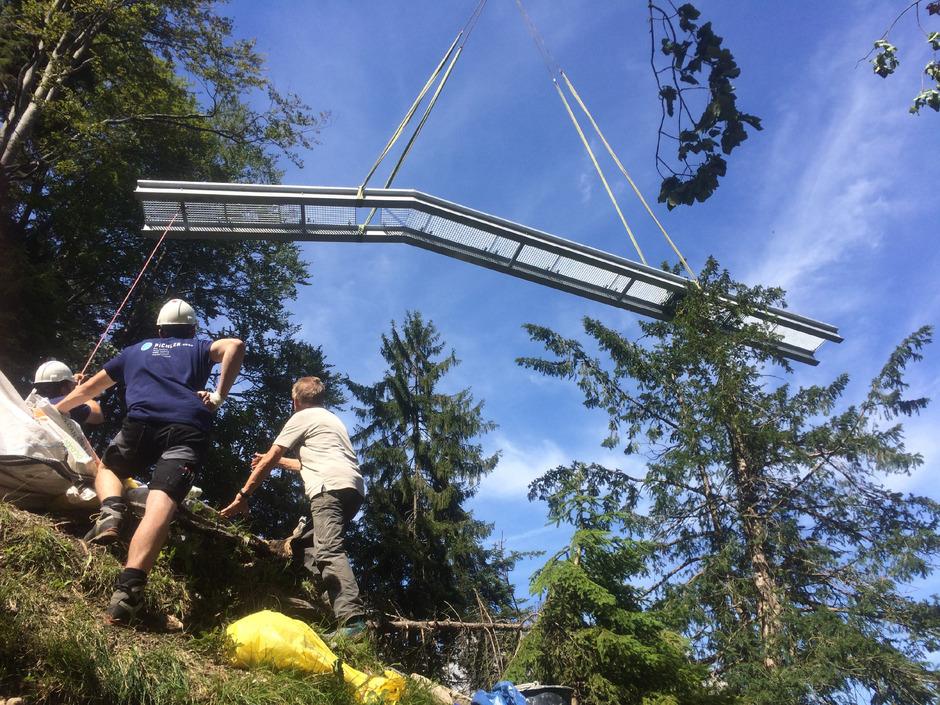 Eine fast eine Tonne schwere Stahlbrücke wurde per Heli eingeflogen und bietet einen sicheren Übergang an einer heiklen Stelle.