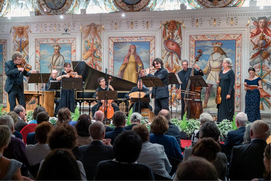 """Walter Rumer, international gefragter Tiroler Kontrabassist, im Ambras-Konzert mit der """"Akademie für Alte Musik Berlin""""."""