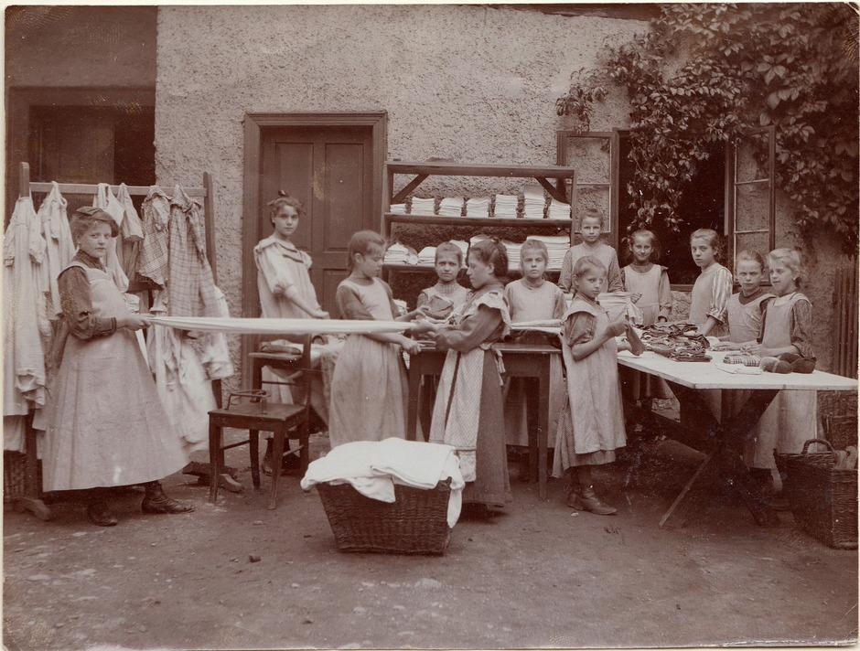 Wäscher-Mädchen der Längenfelder Kuranstalt, um 1895.