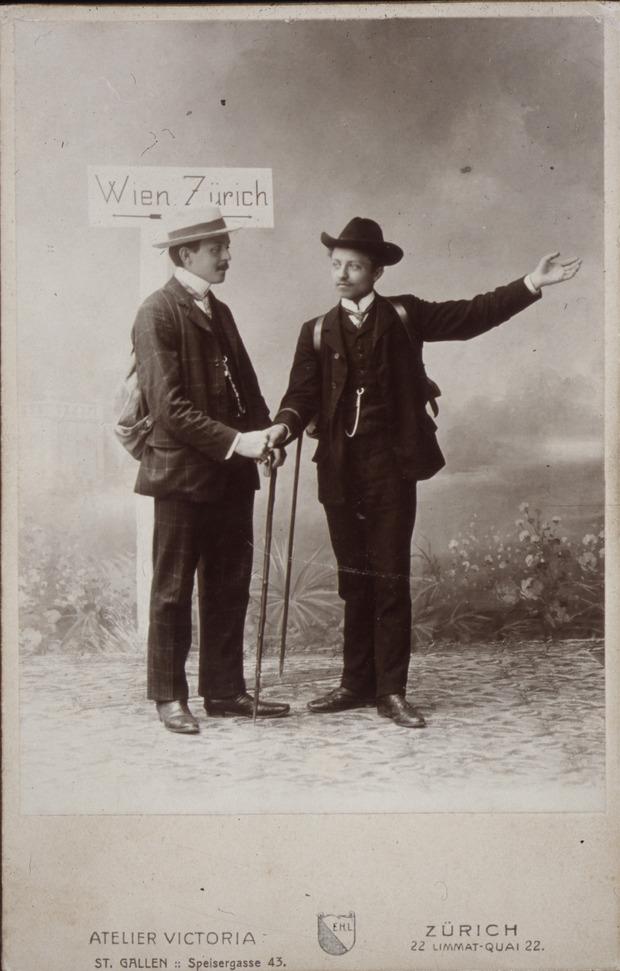 Zwei Wanderarbeiter, die sich in der Schweiz fotografieren ließen.