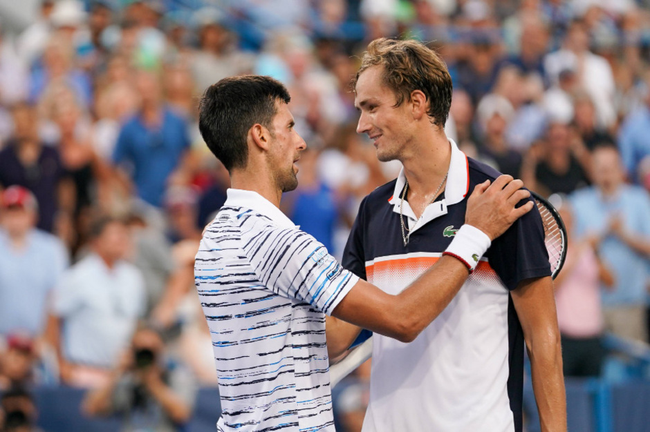 Djokovic (l.) musste dem stark aufspielenden Medvedev zum Finaleinzug gratulieren.