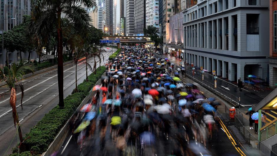 Auf der zentralen Kundgebung im Victoria Park, einem der wenigen Parks in der ansonsten zubetonierten Innenstadt, ließ sich die Menge am Sonntag nicht einmal durch strömenden Regen abbringen.