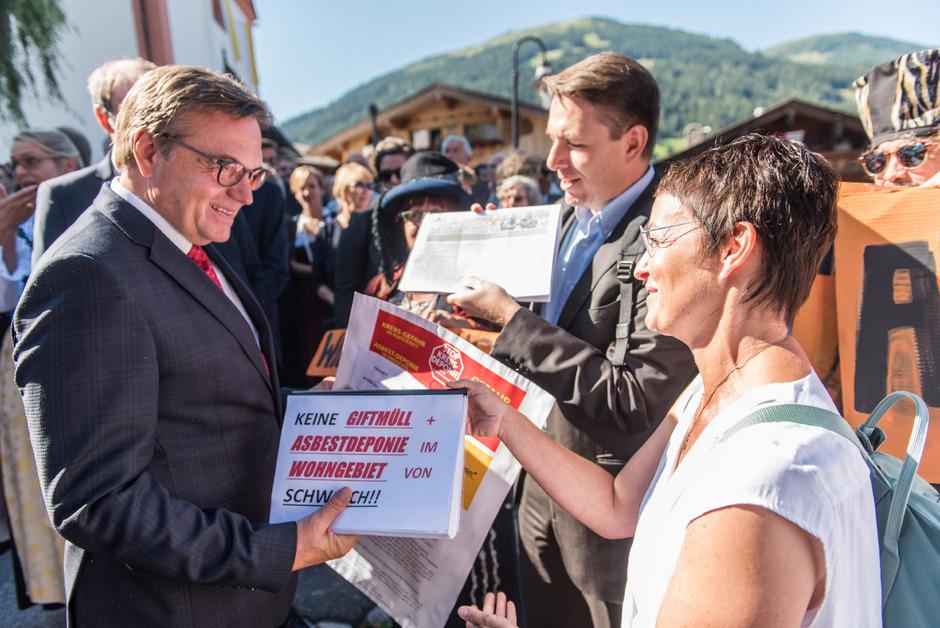 Sunhild Hofreiter und Roman Kopetzky von den Bürgerinitiativen Kufstein und Schwoich übergaben die Unterschriften an LH Günther Platter (l.).