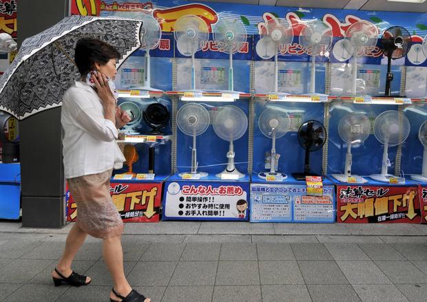 Ventilatoren und Klimaanlagen sind in Tokio Verkaufs-Hits.