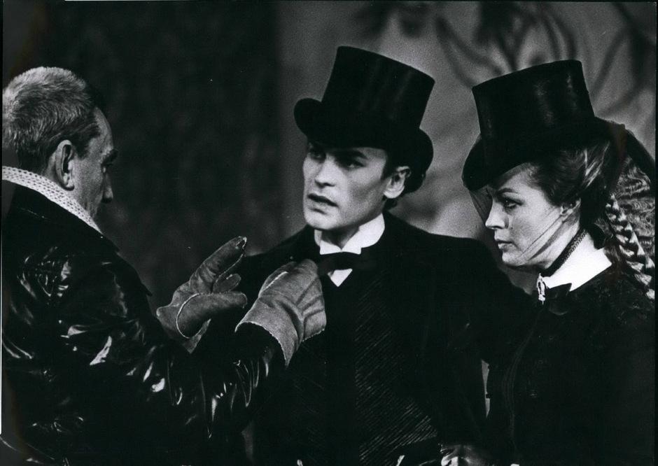 """Helmut Berger mit Regisseur Luchino Visconti und Romy Schneider bei den Dreharbeiten zu """"Ludwig""""."""