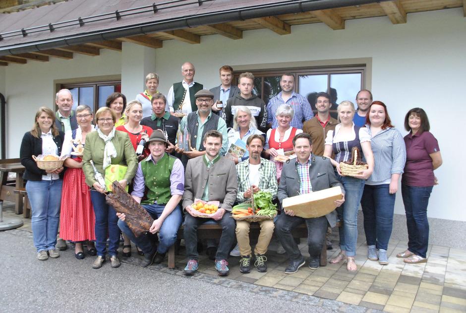 Regionale Produzenten und Gemeindevertreter rufen gemeinsam den Ebbser Bauernmarkt ins Leben.