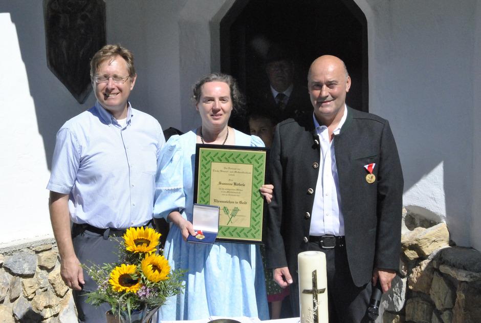 Ehrung für Susanne Köferle: Vize-Obmann Klaus Dillinger (l.) und Obmann Sebastian Wimmer gratulierten für die langjährige Mitarbeit.