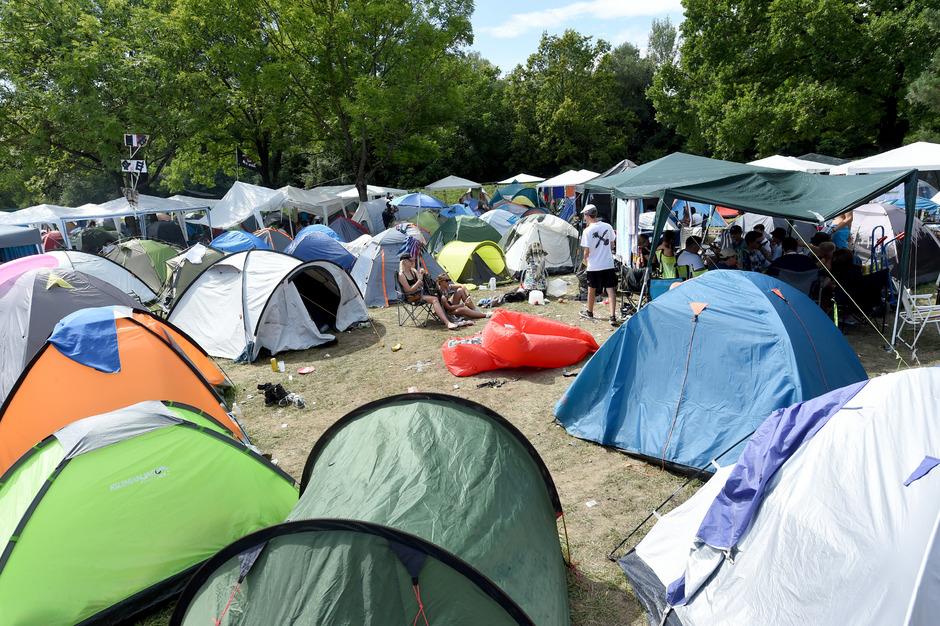Am Samstag waren die Zelte am Campingplatz des Festivals noch unbeschädigt.