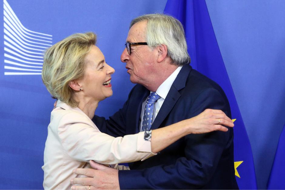Jean-Claude Juncker mit seiner Nachfolgerin Ursula Von der Leyen.