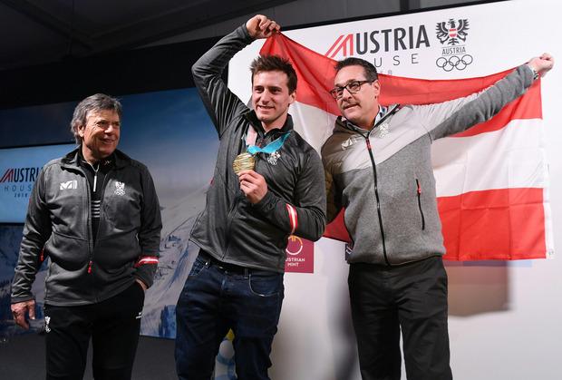 Bei Olympia wurde noch gemeinsam gefeiert: ÖSV-Präsident Schröcksnadel, Super-G-Olympiasieger Mayer, Ex-Sportminister Strache (v.l.).
