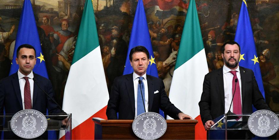 Matteo Salvinis (r.) Lega und Luigi Di Maios (l.) Fünf Sterne wollen nicht mehr miteinander. Letztere wollen den parteilosen Premier Conte (M.) weiterhin unterstützen.