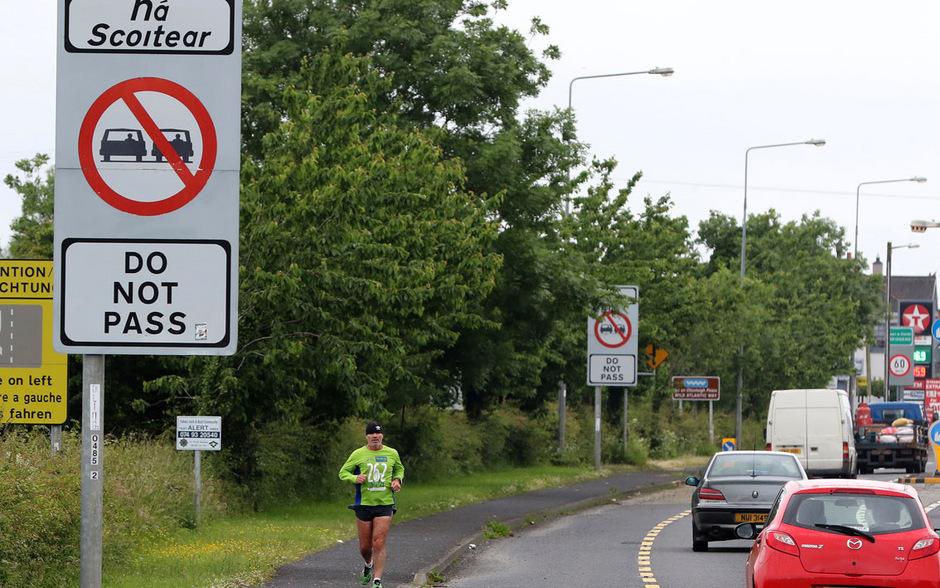 Autos passieren die Grenze zwischen Irland und Nordirland (Archivbild).