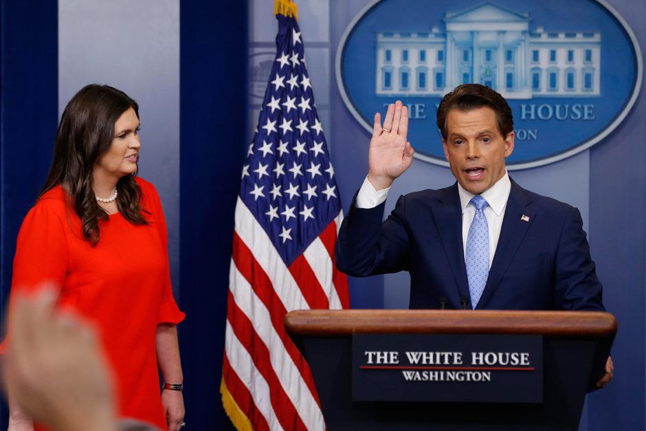 Anthony Scaramuccis (r.) mit Trumps ehemaliger Pressesprecherin Sarah Huckabee Sanders (l.) im Weißen Haus. (Archivaufnahme, 2017)