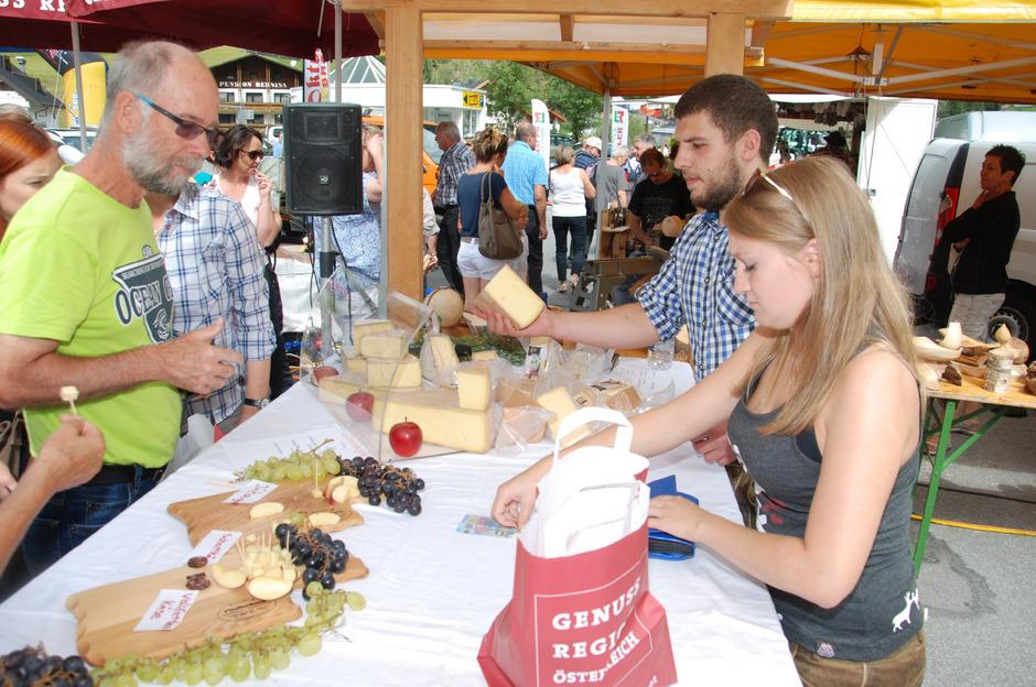 Auch Urlauber schätzen das Schmankerl Paznauner Almkäse, das beim Markttag am 31. August wieder über die Theke gereicht wird.