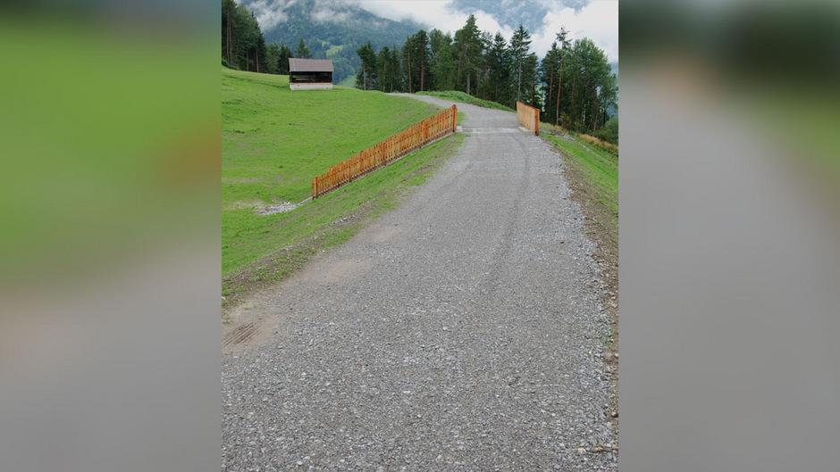 Der kürzlich fertig gestellte Schüttdamm in Galpeins ist für ein 150-jähriges Hochwasser konzipiert. Mit dem Schutzbau sollen Überflutungen im beim Bahnhof Landeck-Zams verhindert werden.