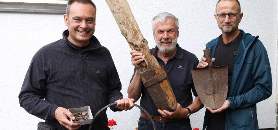 Thomas Heyer, Walter Ungerank und Heiko Busch (v.l.) mit den Fundstücken aus dem Zemmgrund.