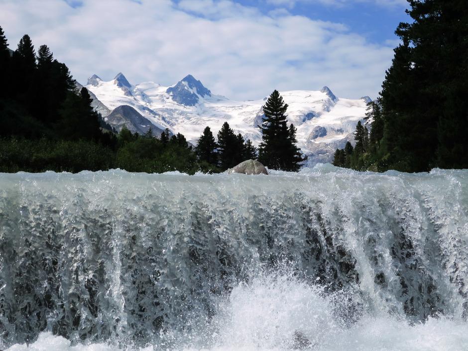 """Viele Gebirge erzeugen überdurchschnittlich viel Abfluss und sind """"Wasserschlösser"""" für die umliegenden Tiefländer. Im Bild der Rosegbach im Schweizerischen Oberengadin – ein Zufluss des Inn."""