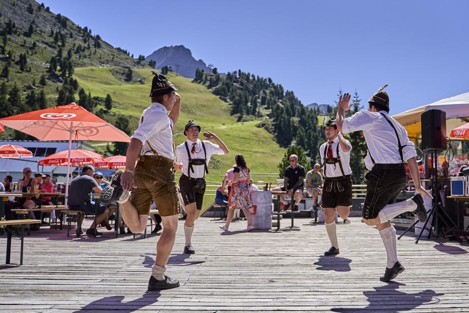 """Auf der Terrasse des Panoramarestaurants demonstrierten die """"Acherkogel Schuhplattler"""" ihr Können."""