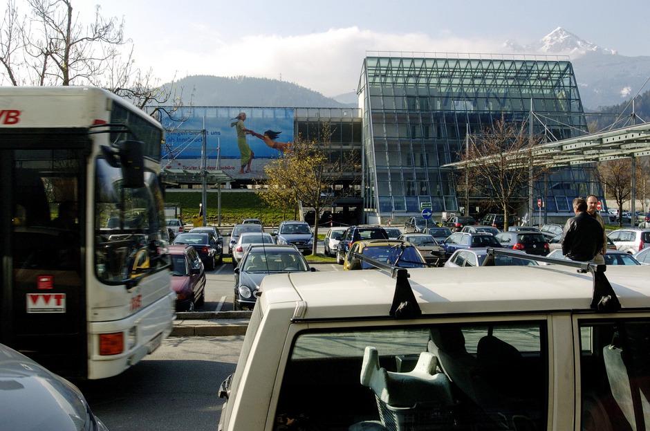 Parken am Flughafen kann ganz schön das Urlaubsbudget belasten.