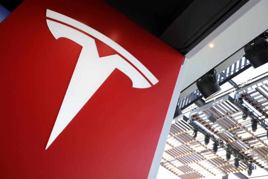 Logo des Elektroautopioniers Tesla.