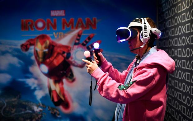 """Ein Besucher spielt """"Iron Man"""" auf der Gamescom 2019."""