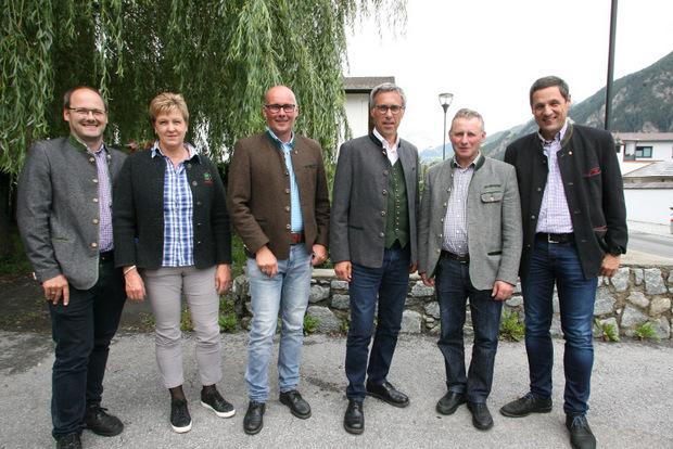 Beim agrarpolitischen Treffen am Dienstag in Tösens: Gastgeber BM Bernhard Achenrainer (3.v.l.) hieß Peter Frank, Maria Förg, Präsident Georg Strasser, Obmann Elmar Monz und Direktor Peter Raggl willkommen.