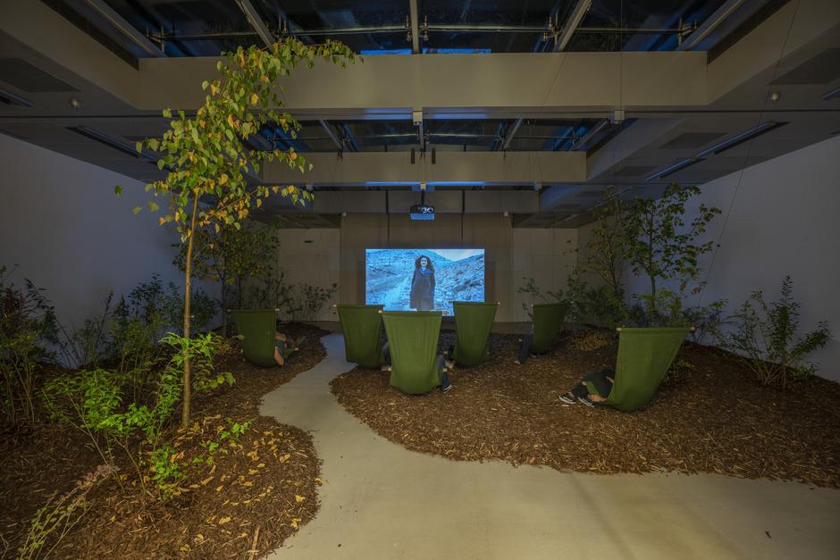 In der in ein kleines Wäldchen verwandelten Hofhalle wird u.a. ein Film von Marwa Arsanios gezeigt.