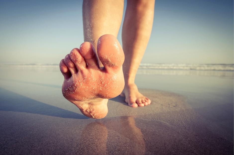 Freiheit für die Füße, so lautet die Empfehlung. Am besten richtig barfuß oder in Minimalschuhen.