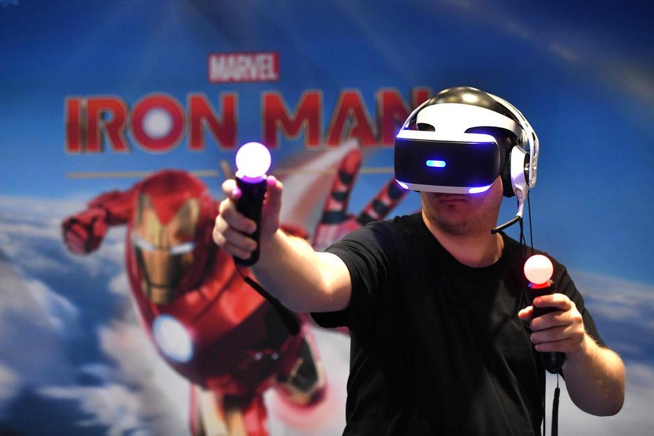 """Ein Besucher der Gamescom spielt Marvels """"Iron Man""""."""