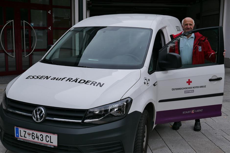 """Raimund Gander ist langjähriger Mitarbeiter bei """"Essen auf Rädern"""" in Lienz. Etwa 15 Freiwillige teilen sich die Dienste in Lienz ein."""