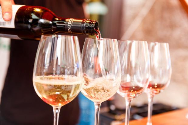 """""""Hoch die Gläser"""" heißt es beim Haller Weinfest."""