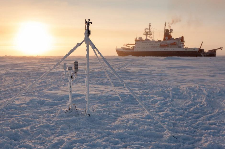 Neben vermuteten Erdöl- und gasvorkommen wird durch den Rückgang des Eises die Arktis für die Wirtschaft auch durch mögliche  neue und kürzere Schifffahrtswege von Asien nach Europa und den USA interessant. (Symbolfoto)