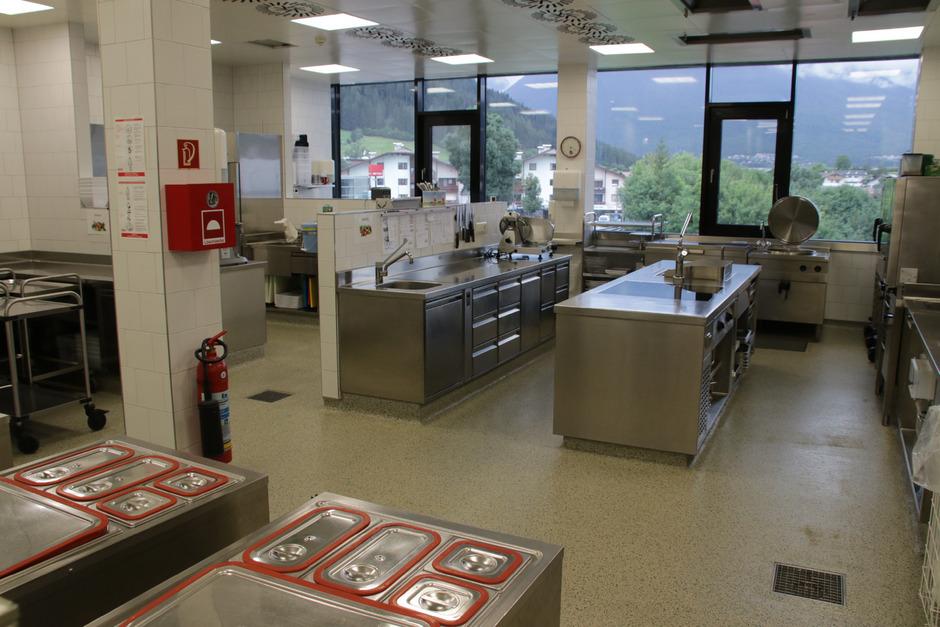 In der Küche des Pflegeheims Pitztal in Arzl werden die Mahlzeiten für Senioren, Pflegeheimbedienstete und künftig auch für den Mittagstisch der Pitztaler Kindergärten und Schulen mit regionalen Produkten zubereitet.